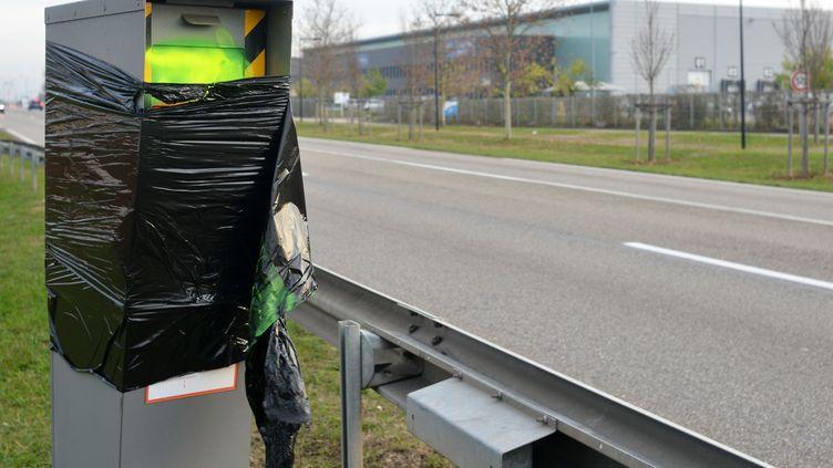 Un radar couvert d'un sac à poubelle à Saint-Quentin-Fallavier (Isère), le 1er décembre 2018. (ALLILI MOURAD / SIPA)