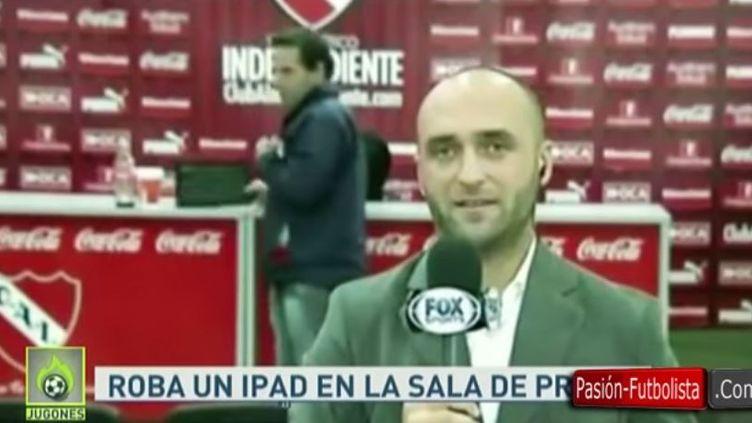 Un supporter de football a tenté de voler une tablette dans la salle de presse d'un club argentin, le 10 mai 2015, devant les caméras de plusieurs chaînes télévisées. (PASIONFUTBOLISTA.COM / YOUTUBE)