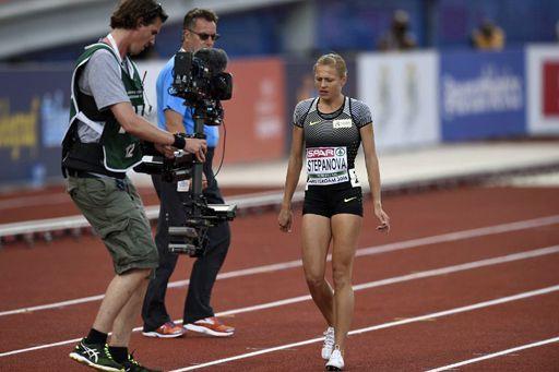 Youlia Stepanova, blessée lors des championnats d'Europe à Amsterdam le 6 juillet 2016. Et très entourée par la presse... (AFP - JOHN THYS)