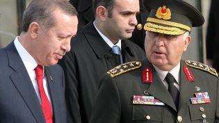 Recep Tayyip Erdogan (G), le 30 novembre 2012, aux côtés de son chef d'état-major, le généralNecdet Ozel. (ADEM ALTAN / AFP)