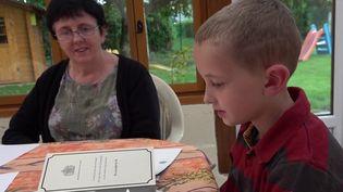 Oise : un garçon de sept ans reçoit une réponse de la reine d'Angleterre (FRANCE 2)