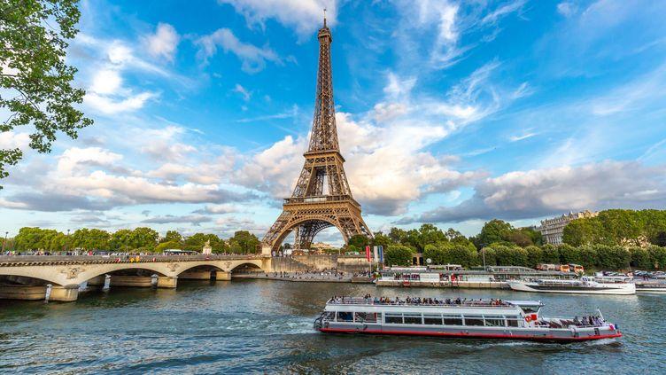 Les bateaux-mouches et la balade romantique sur la Seine, une tradition pour les touristes étrangers mais aussi pour les Français. (GETTY IMAGES)