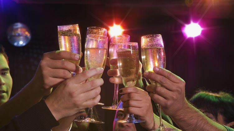Neuf Français sur dix ont prévu de consommer de l'alcool le soir du Nouvel An, selon un sondage réalisé par la Prévention routière. (JOSE LUIS PELAEZ / GETTY IMAGES)
