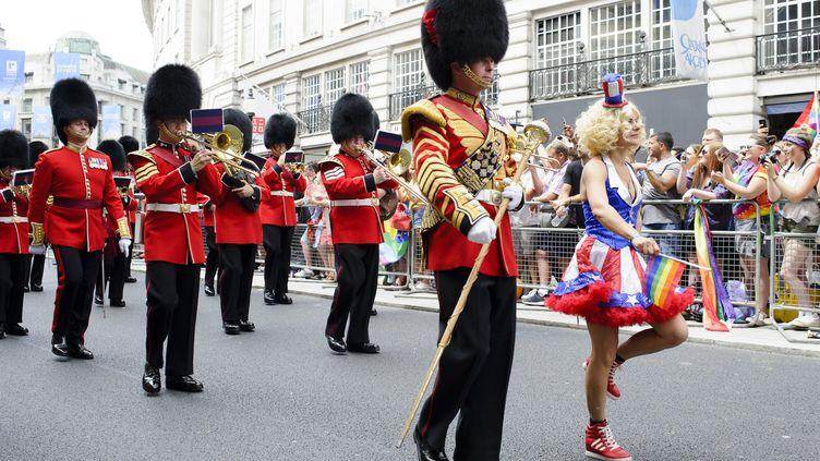 Des soldats de l'armée britanniques défilent lors de la Gay Pride de Londres, le 8 juillet 2017. (SOPA IMAGES / LIGHTROCKET)