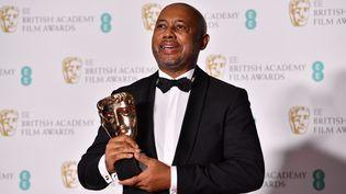 Leréalisateur haïtien Raoul Peck pose avec le prix d'un documentaire pour son film'I Am Not Your Negro' aux BAFTA, à Londres en 2018. (BEN STANSALL / AFP)