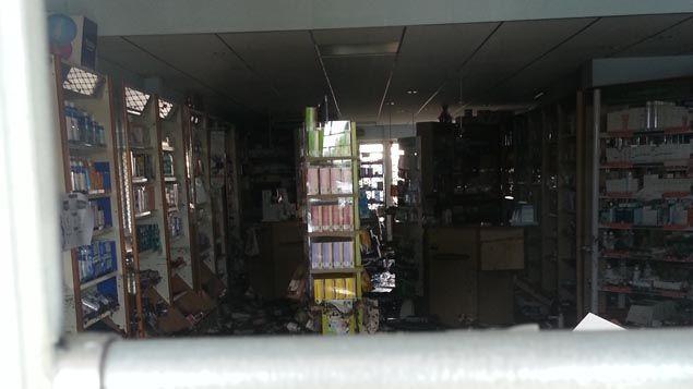 (Une pharmacie endommagée à Biot © Radio France - Benjamin Chauvin)