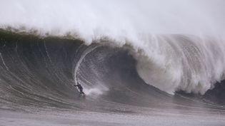 Un surfeur brave une grande vague à Queenscliff à Sydney, le lundi 6 Juin 2016 (RICK RYCROFT / AP / SIPA)