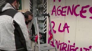 """Le réveil a été douloureux pour plusieurs habitants des rues du 20e arrondissement de Paris, dimanche 6 décembre. Les dégâts sont nombreux,après lesscènes de vandalisme qui ont eu lieu la veille, en marge du rassemblement contre la loi """"sécurité globale"""". (France 2)"""