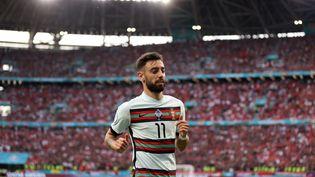 Le milieu de terrain portugais Bruno Fernandes contre la Hongrie, le 15 juin 2021. (ALEX PANTLING / POOL / AFP)