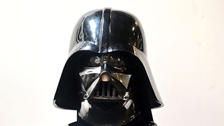 Un casque de Dark Vador qui sera vendu aux enchères aux Etats-Unis, les 25 et 26 septembre 2019. (FREDERIC J. BROWN / AFP)