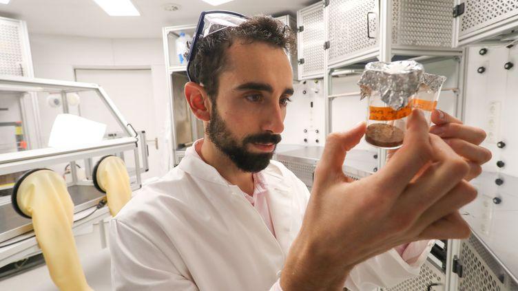 L'astrobiologiste Cyprien Verseux au Centre de technologie spatiale appliquée et de microgravité (ZARM) à Brême, dans le nord de l'Allemagne, le 18 novembre 2019. (FOCKE STRANGMANN / EPA)