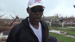 Bruce Makintosh, dans le cimetière familial sur l'île d'Abaco, le 15 septembre aux Bahamas. (FRANCEINFO / RADIOFRANCE)