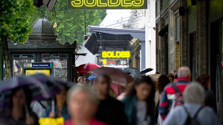Devant un grand magasin parisien le jour de l'ouverture des soldes d'été, le 22 juin 2011. (MARTIN BUREAU / AFP)
