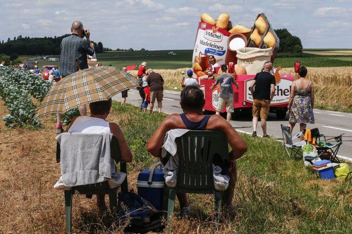 Des spectateurs attendent les cadeaux sur le bord de la route du Tour de France, entre Anvers et Huy,le 6 juillet 2015. (THIERRY ROGE / BELGA MAG)