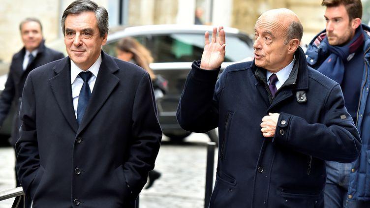 François Fillon et Alain Juppé marchent vers un restaurant, le 25 janvier 2017, à Bordeaux (Gironde). (GEORGES GOBET / AFP)