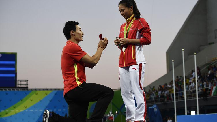 Le plongeur chinois Qin Kai demande en mariage sa compatriote He Zi, dimanche 14 août 2016, lors des Jeux olympiques de Rio (Brésil). (CHRISTOPHE SIMON / AFP)