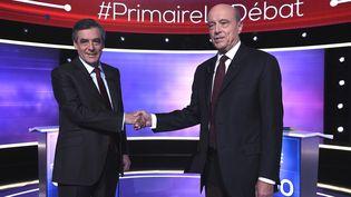 François Fillon et Alain Juppé se saluent lors du débat avant le second tour de la primaire à droite, le 24 novembre 2016. (AFP)