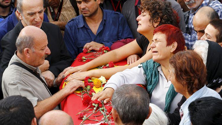 Des proches des victimes du double attentat d'Ankara (Turquie) pleurent leurs disparus le 11 octobre 2015. (UMIT BEKTAS / REUTERS)