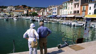 Des touristes sur le port de Cassis (Var). (JON BOWER / MOMENT RF / GETTY IMAGES)
