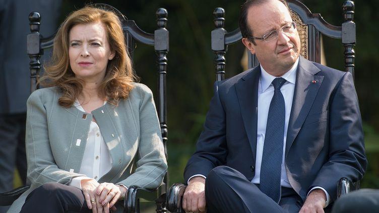 Le président François Hollande et sa compagne,Valérie Trierweiler, le 15 février 2013, à New Delhi (Inde). (BERTRAND LANGLOIS / AFP)