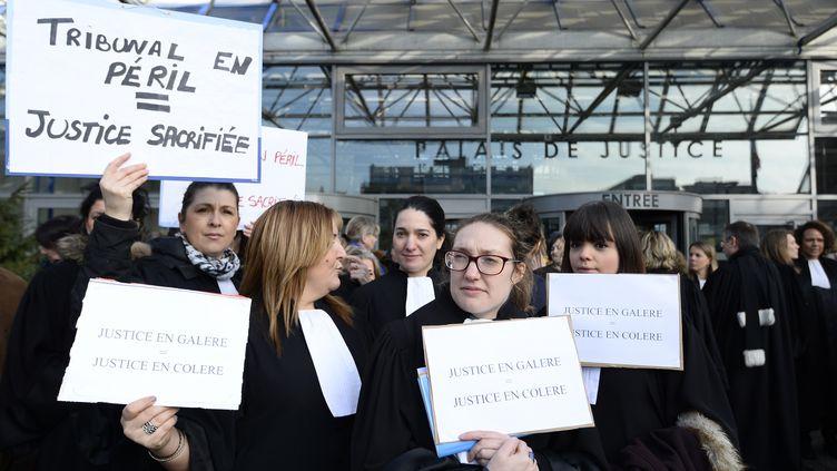 Les magistrats de la barre de Seine-Saint-Denis manifestent devant le tribunal de Bobigny, le 15 Février 2016 (BERTRAND GUAY / AFP)