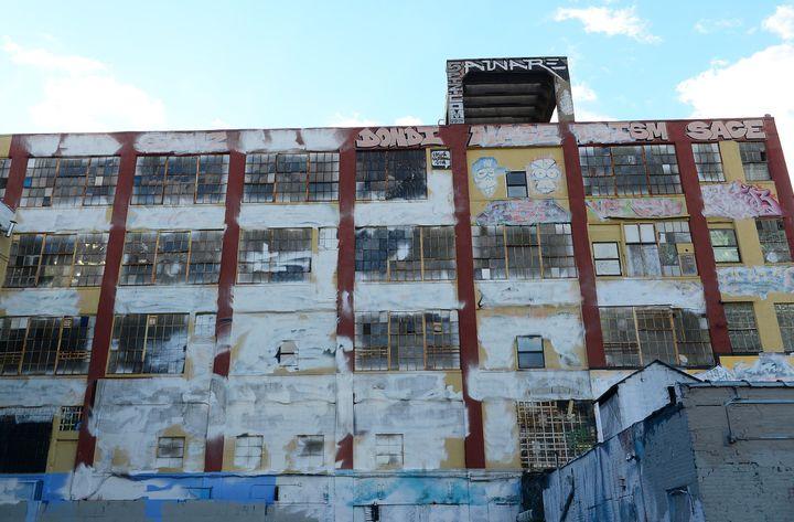 """L'immeuble """"5Pointz"""" recouvert d'une couche de peinture blanche en 2013.  (EMMANUEL DUNAND / AFP)"""