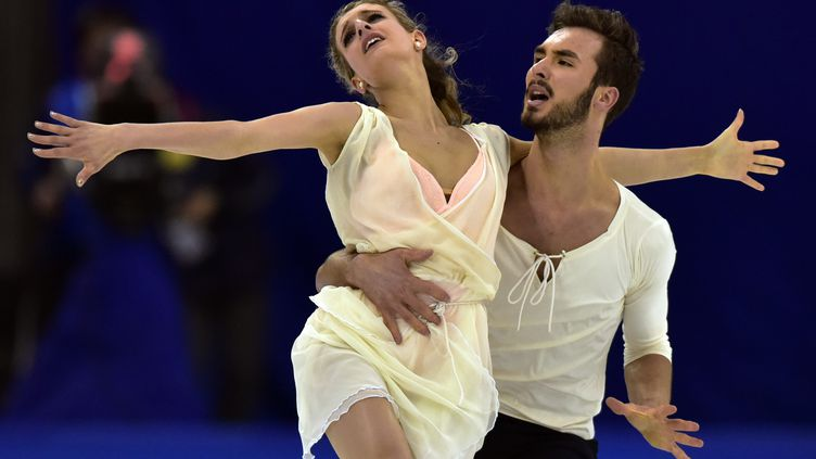 Gabriella Papadakis et Guillaume Cizeron lors de leur performance victorieuse, le 27 mars 2015, lors des championnats du monde de patinage artistique, à Shangai(Chine). (JOHANNES EISELE / AFP)