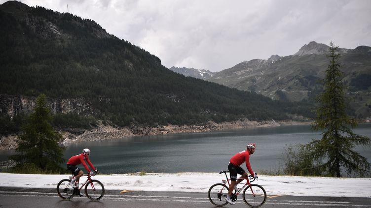 Les bords du lac de Tignes enneigés au mois de juillet 2019. (MARCO BERTORELLO / AFP)