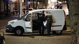 La police inspecte une camionnette après l'annulation d'un concert à Rotterdam, mercredi 23 août 2017. Le conducteur a été entendu avant d'être relâché, le lendemain. (ARIE KIEVIT / ANP)