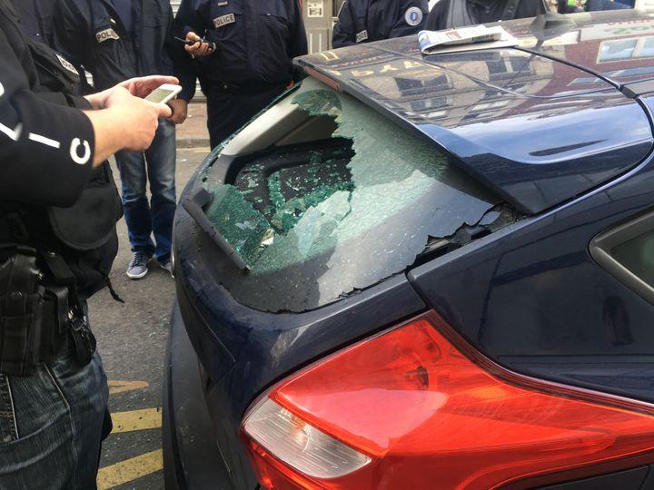 Le pare-brise d'une voiture a été brisé lors d'un mouvement des supporters anglais, en début d'après-midi, près de la gare de Lille-Flandres (Nord). (FABIEN MAGNENOU / FRANCETV INFO)