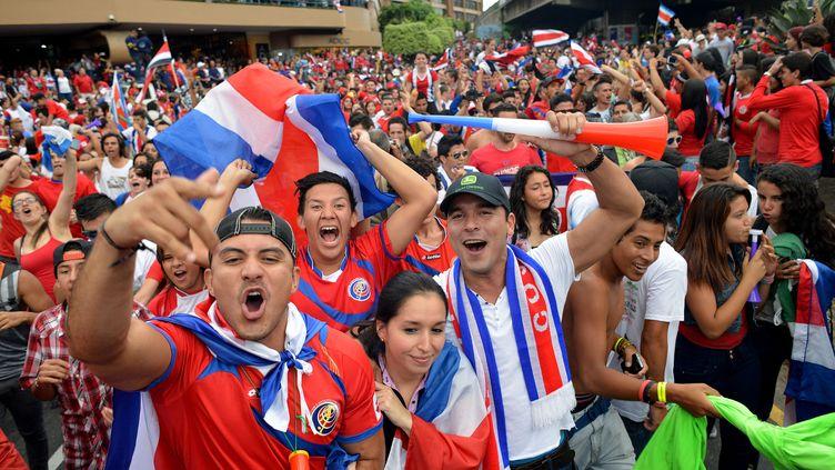 Des supporters costaricains célèbrent à San Jose la victoire de leur équipe nationale contre la Grèceen huitièmes de finale, le 29 juin. (EZEQUIEL BECERRA / AFP)