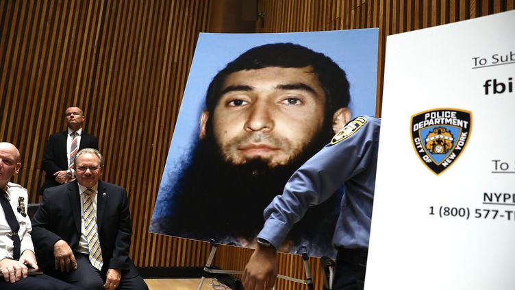 Une photographie de Sayfullo Saipov a été affichée lors d'une conférence de presse des autorités new-yorkaises, mercredi 1er novembre 2017.  (SPENCER PLATT / GETTY IMAGES NORTH AMERICA / AFP)