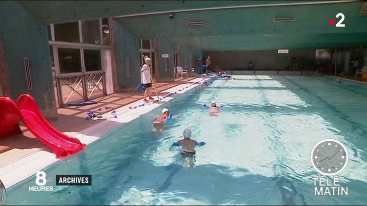 Des enfants dans un bassin. (France 2)