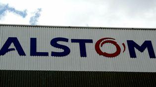 Benoît Hamon se rend chez GE Hydro/Alstom pour soutenir les salariés menacés par un plan social touchant 345 des 800 postes. (MAXPPP)