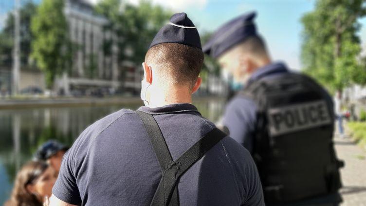 Contrôles policiers sur le canal Saint-Martin à Paris pour le respect de la distanciation sociale (Covid-19), le 23 mai 2020. (VALENTIN DUNATE / RADIOFRANCE)