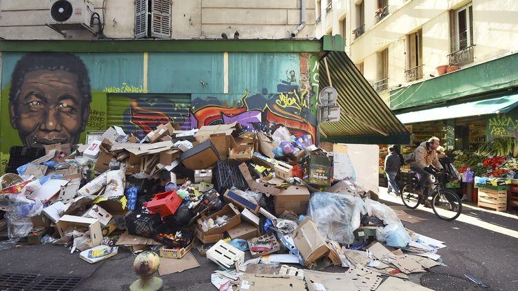 Des ordures s'amoncellent à Marseille (Bouches-du-Rhône), le 25 janvier 2015. (ANNE-CHRISTINE POUJOULAT / AFP)