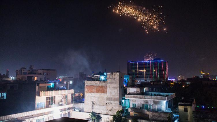 Feu d'artifice dans le ciel de Jaipur en Inde pendant la fête des lumières, le 30 octobre 2016. (AURELIEN MORISSARD / MAXPPP)