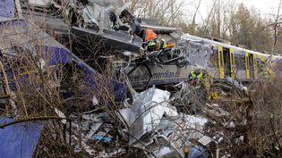 Les secours interviennent sur le site de la collision entre deux trains, le 9 février 2016, près de Bad Aibling (Allemagne). (JOSEF REISNER / DPA / AFP)