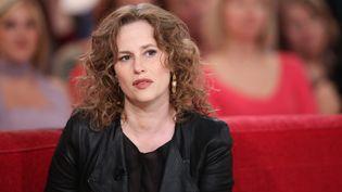 """L'actrice Florence Darel sur le plateau de l'émission """"Vivement dimanche"""" de France 2, à Paris, le 16 avril 2014. (MAXPPP)"""