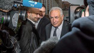 Dominique Strauss-Kahn flanqué de son avocat Richard Malka quitte son hôtel le 17 Février 2015, à Lille (Nord) (PHILIPPE HUGUEN / AFP)