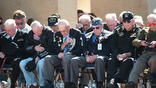 Des vétérans américains observent une minute de silence au Mémorial de Colleville-sur-mer le 6 juin 2014 (DAMIEN MEYER / AFP)