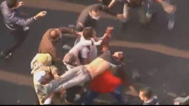 Un homme blessé sur la place Tahrir au Caire (Egypte) - lundi 21 novembre 2011 (APTN)
