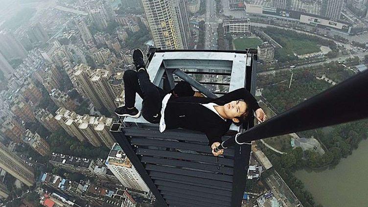 """Wu Yongning pose au sommet d'un gratte-ciel, pour une photo non datée, publiée après la mort du """"rooftopper"""", le 8 novembre 2017, àChangsa, en Chine. (SHUTTERSTOCK/SIPA / REX / SIPA)"""