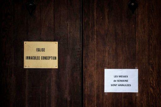 Un message placé sur la porte de l'église de l'Immaculée Conception, le 15 mars 2016, à Lyon, indiquant que les messes sont annulées, alors que le curé de la paroisse, Jérôme Billioud, estaccusé dans une vieille affaire d'abus sexuel. (JEFF PACHOUD / AFP)