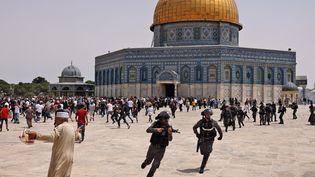 Des policiers israéliens repoussent des fidèles palestiniens, le 21 mai 2021,sur l'esplanade des Mosquées, à Jérusalem-Est. (AHMAD GHARABLI / AFP)