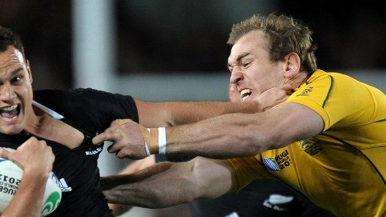Le 3e ligne australien Rocky Elsom, ici aux prises avec le All Black Dagg