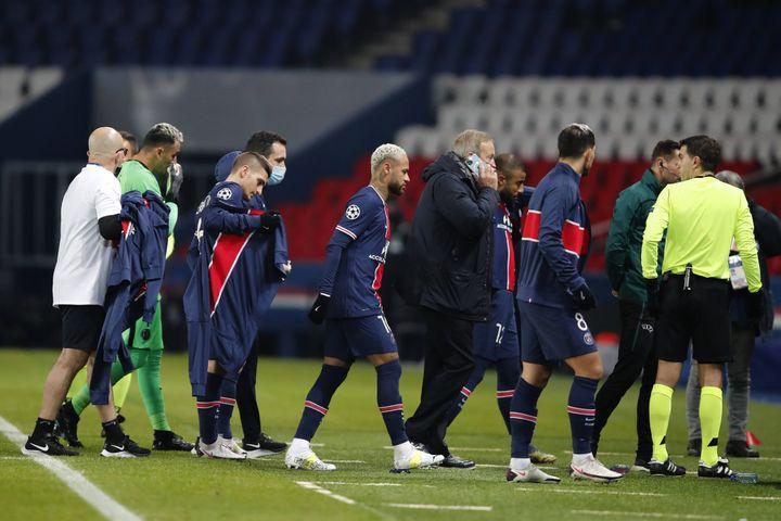 Les joueurs du PSG rentrent au vestiaire dans la foulée des joueurs de Basaksehir, le 8 décembre 2020, au Parc des Princes, à Paris. (FRANCOIS MORI/AP/SIPA / SIPA)