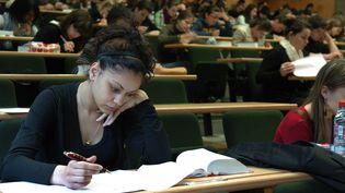 Une étudiante en plein examen à la Faculté de droit de Limoges. (JOUHANNAUD THOMAS / MAXPPP)