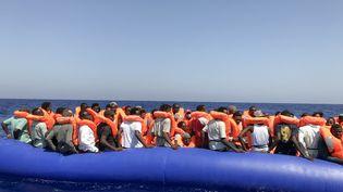 Le 11 août 2019, le navire Ocean Viking, de l'ONG Médecins sans Frontières, récupère 81 migrants dérivant sur un bateau pneumatique en Méditerranée. (ANNE CHAON / AFP)