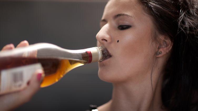 Pas de moins de 400 000 personnes ont été conduites à l'hôpital à cause de l'alcool en 2012, révèle un rapport de la Société française d'alcoologie. (ZERO CREATIVE / AFP )
